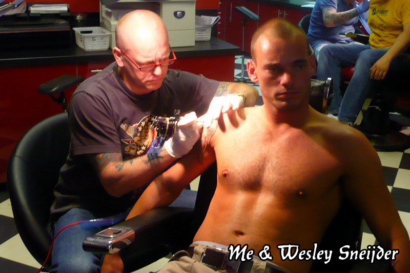 Dick de Wit is tattooing Wesley Sneijder
